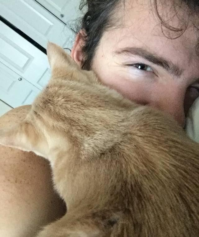 Молодой мужчина взял кота из приюта, но он не ожидал такой пламенной благодарности. кот, приют, человек, дом, любовь, длиннопост, добро