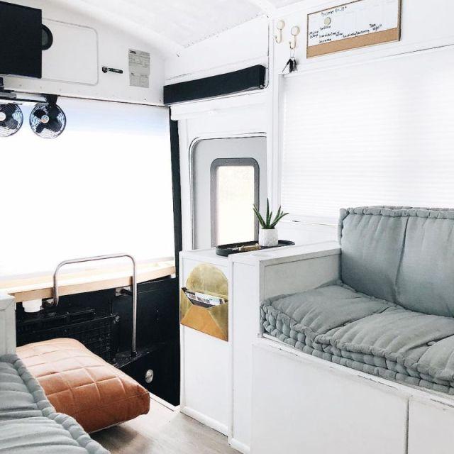 Американская семья превратила школьный автобус в комфортабельный дом на колесах (21 фото)