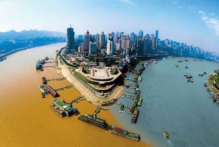 1. Место слияния рек Цзялин и Янцзы в Чунцине, Китай.