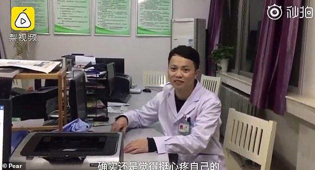 Этот снимок врача-хирурга, который уснул в операционной взбудоражил Сеть