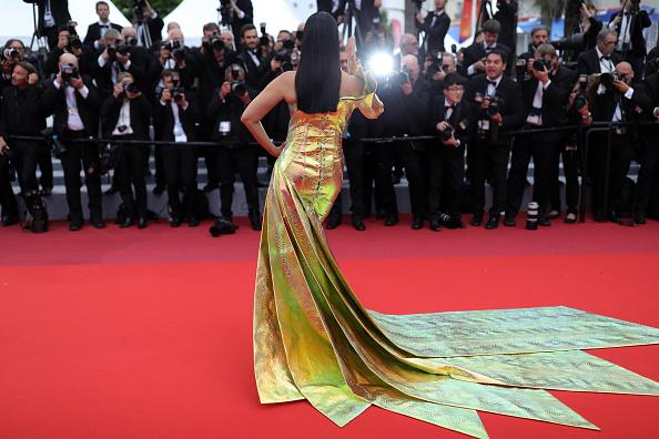 Сногсшибательно: Айшвария Рай появилась на красной дорожке в «золотом» платье