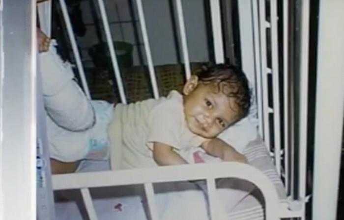 Девочка выжила и стала знаменитой, после того как её родная мать бросила одну в заброшенном доме