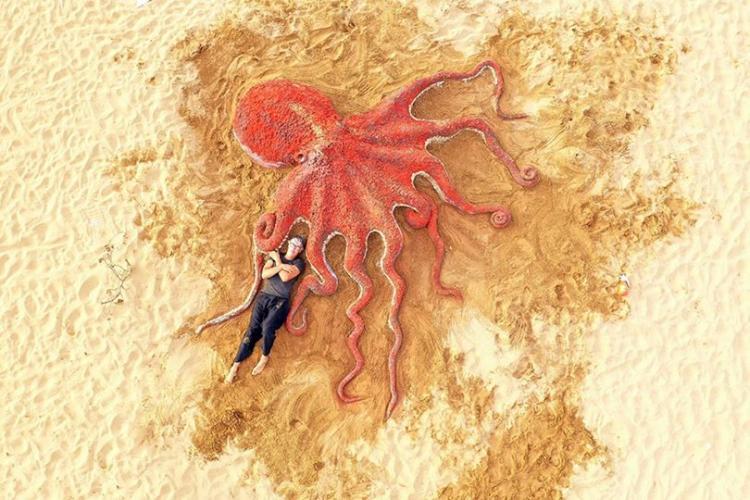 Скульптор-самоучка создает невероятные шедевры из песка голыми руками