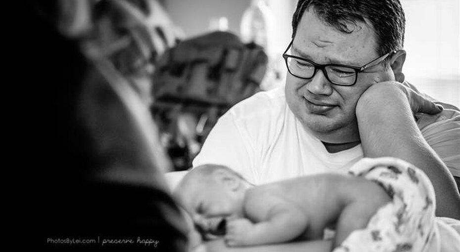 Фотограф запечатлел трогательный момент рождения ребенка упары, пережившей три замершие беременности