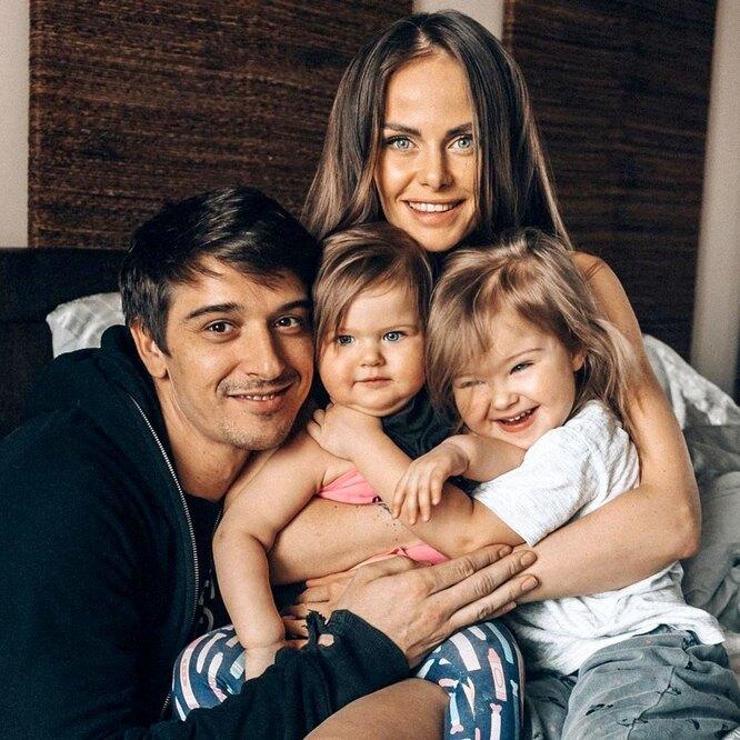 Станислав Бондаренко похвастался красавицей-женой и маленькими дочерьми