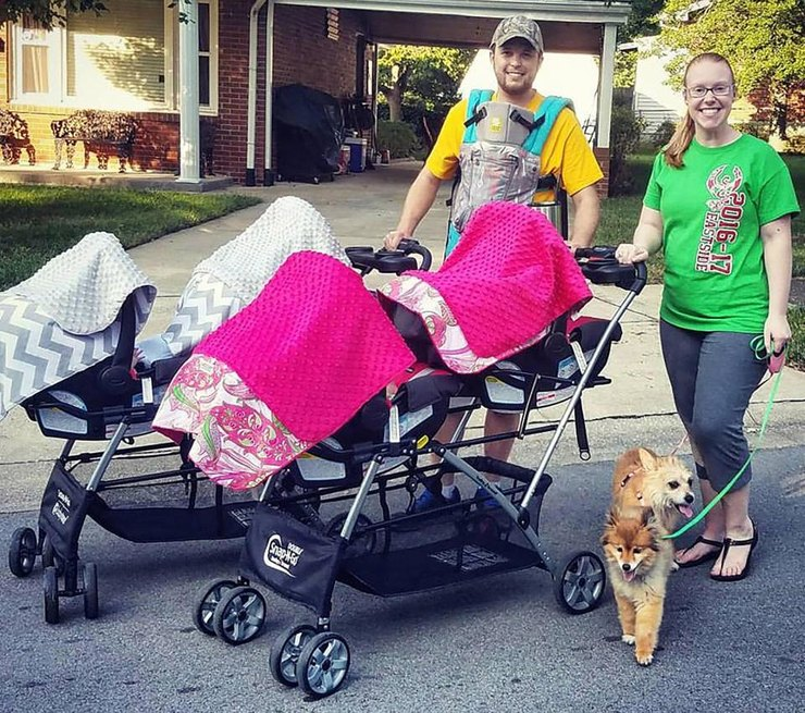 Для прогулки всей семьей Бриана иДжордан берут ссобой две сдвоенные коляски. Пятый близнец вынужден находиться врюкзаке «кенгуру»