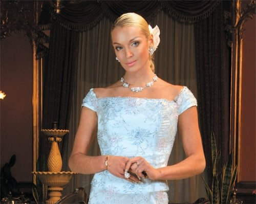 Анастасия Волочкова показала свои ноги в откровенном платье