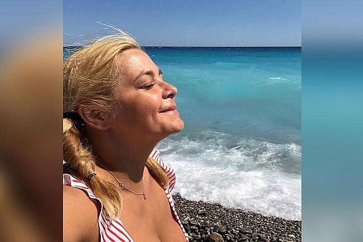 Ирина Пегова продемонстрировала пышную грудь на пляже в Крыму