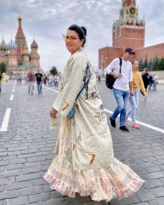 Аки царица: Анна Нетребко в день рождения сына вышла на площадь в неожиданном образе
