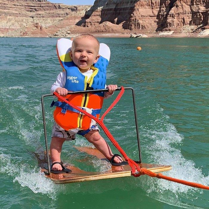 Шестимесячный ребенок едет на водных лыжах (видео) | Журнал Домашний очаг